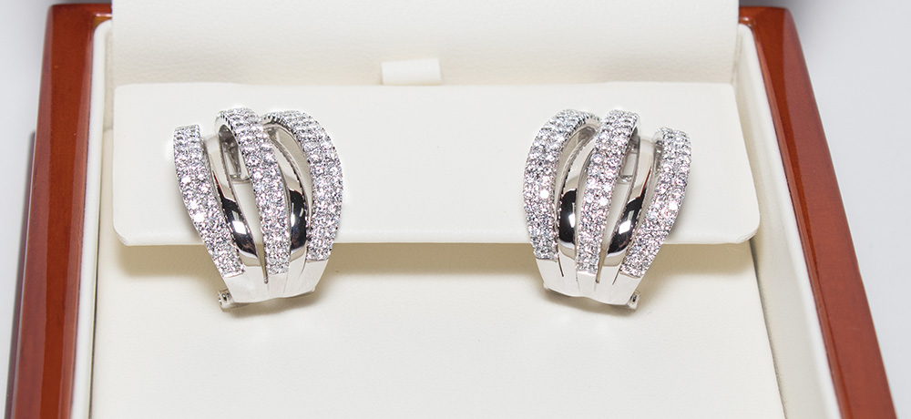 3.03 carat earrings with 260 diamonds